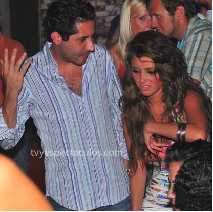 Anahí discute con su novio en un bar