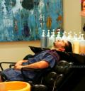 Eduardo Verastegui se hace corte y lavado de cabello