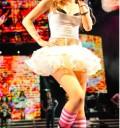 Miley Cyrus presume pierna en concierto