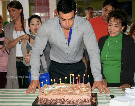 David Zepeda festeja su cumpleaños con el elenco de Sortilegio