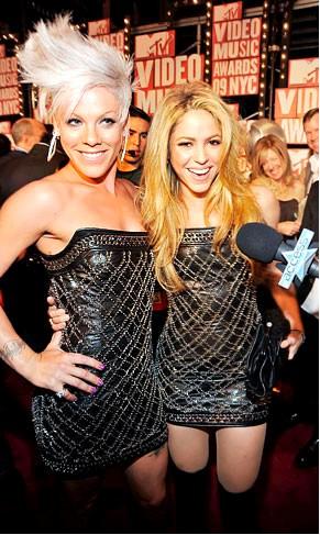 Shakira y Pink con el mismo vestido