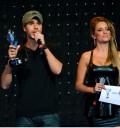 Enrique Iglesias con su premio Telehit