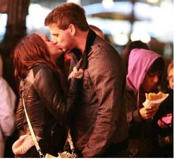 Miley Cyrus de romance con Liam Hemsworth en París