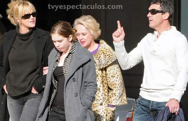 Antonio Banderas de paseo con su familia