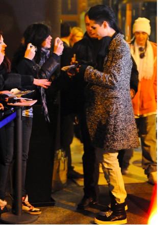 Bill Kaulitz da autógrafos a sus fans