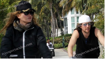 Paulina Rubio de paseo en bicicleta