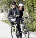Paulina rubio con su esposo en bicicleta
