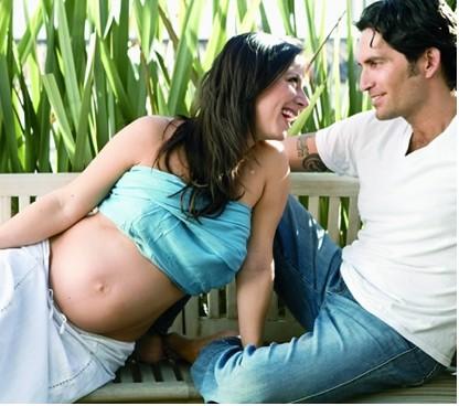 Claudia Lizaldi presume su embarazo