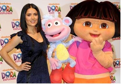 Salma Hayek festeja con Dora la Exploradora