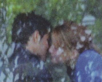 Altair besando a Carlos Vela