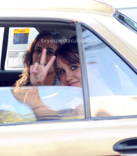 Dulce María viaja en taxi