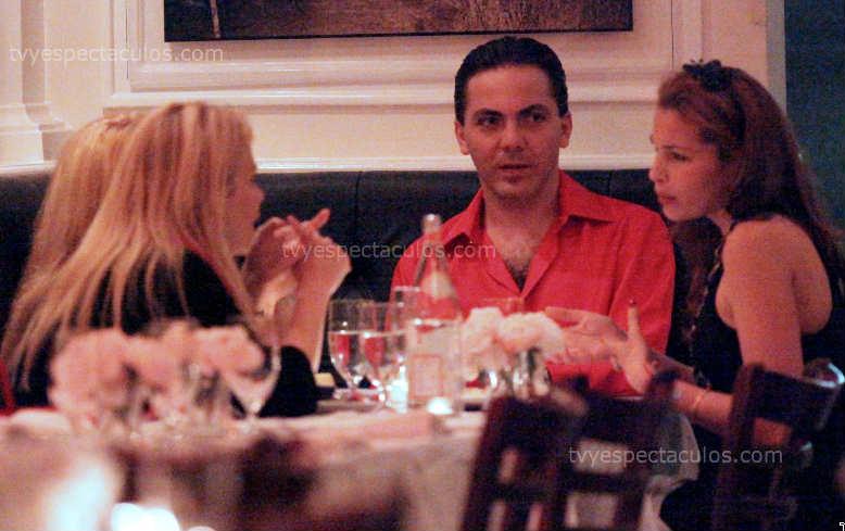 Cristian Castro cenando con Veronica Castro y su novia