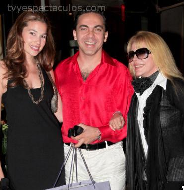 Cristian Castro con su mamá y su novia