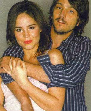 Diego Luna y Camila Sodi abrazados