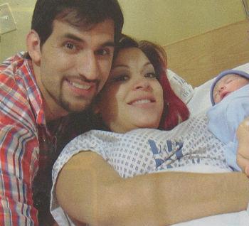 Edgar y la hermana de Yahir presentan a su bebé