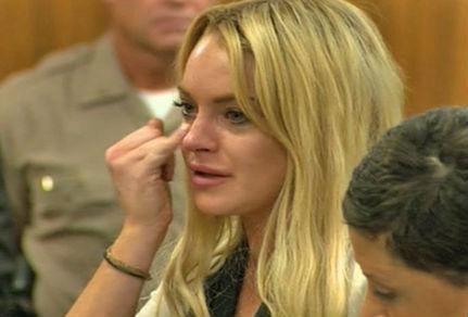 Lindsay Lohan llorando en la corte