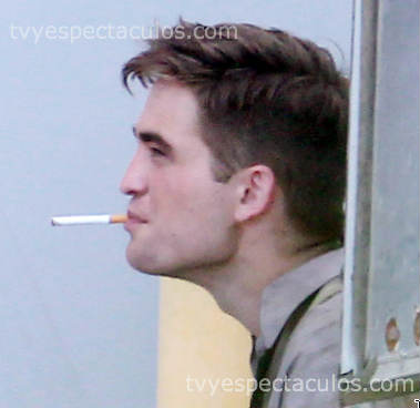 Robert Pattinson fumando