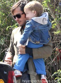 Gael García cargando a su hijo Lázaro