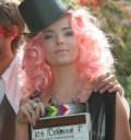 Belinda con peluca rosa
