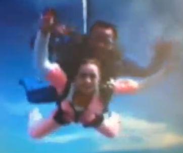 Belinda se avienta en paracaídas