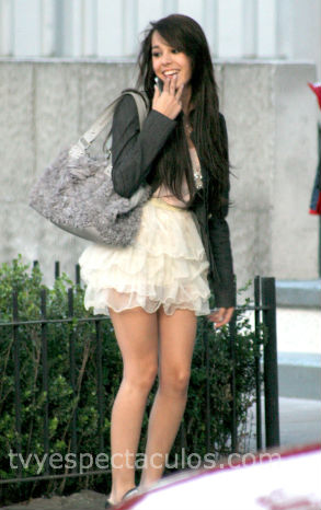 Danna Paola juega con paparazzi