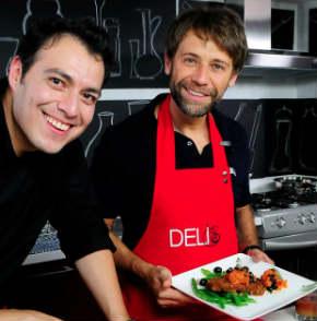 Juan Manuel Bernal muestra sus dotes culinarios