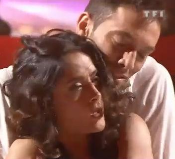 Salma Hayek demuestra sus dotes como cantante y bailarina