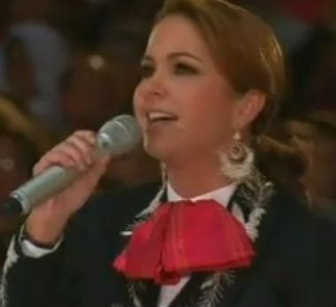 Lucero canta a la Virgen