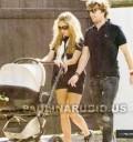 Paulina Rubio de paseo con Colate y su hijo