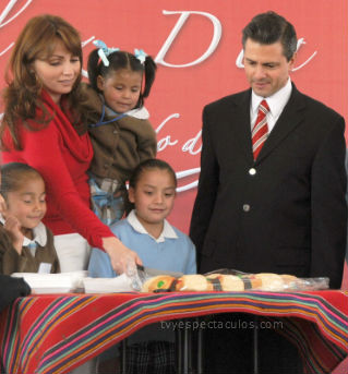 Angélica Rivera y Peña Nieto parten la Rosca de Reyes