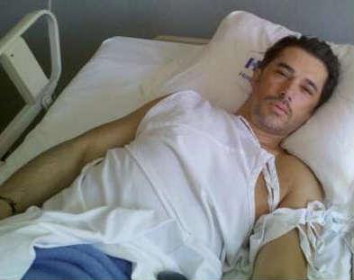 Sergio Mayer se muestra en Twitter saliendo del hospital