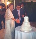Angélica Vale en su boda partiendo el pastel