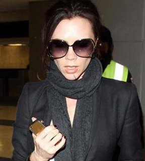 Victoria Beckham con su iPhone de oro
