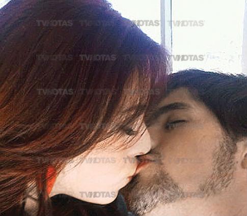 Beso entre Danna Paola y Eleazar Gómez