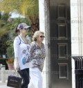 Thalía comprando ropa para su bebé