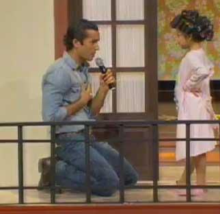 Aarón Díaz canta en Pequeños Gigantes