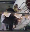 Aracely Arámbula subiendo sus hijos al avión de Luis Miguel