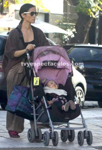 Julieta Venegas captada paseando a su hija