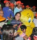 Ana Claudia convive con niños en Six Flags