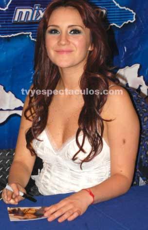 Dulce María satisface a sus fans en firma de autógrafos
