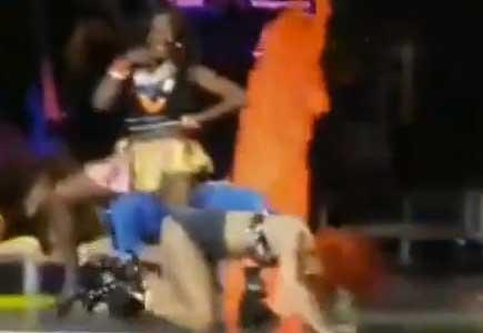 Rihanna se cae en pleno escenario