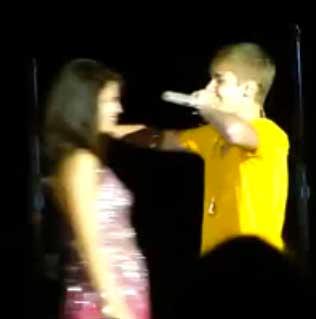 Justin Bieber sorprende a Selena Gomez al aparecer en uno de sus conciertos