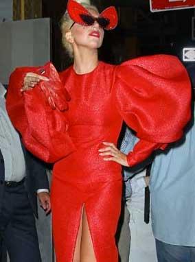 Lady Gaga muestra piercing en parte íntima