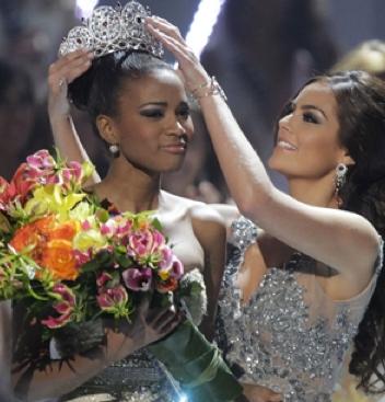 Ximena Navarrete entrega la corona de Miss Universo a Leila Lopes de Angola