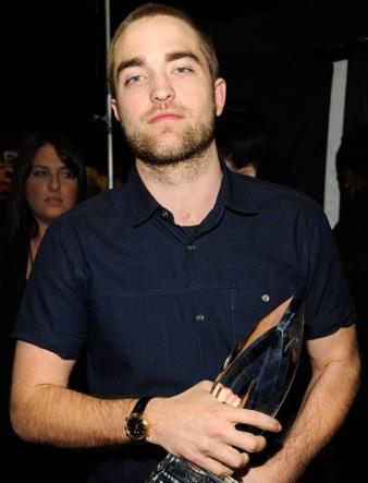 Robert Pattinson cambia de imagen con cabello casi rapado