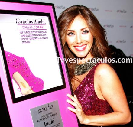 Anahí presenta tienda virtual de bolsas y zapatos