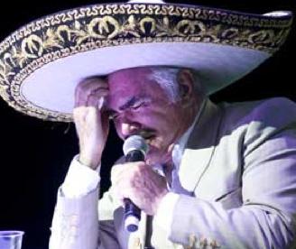Llora Vicente Fernández en inicio de gira del adiós