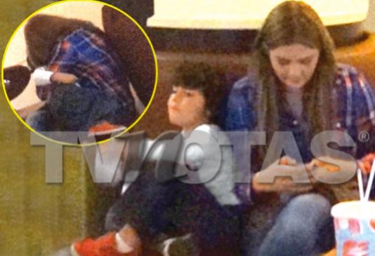 Yuridia captada con su hijo en el cine