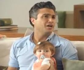 Jaime Camil en comercial con su esposa
