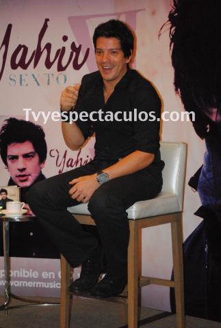 Yahir presenta en conferencia de prensa VI